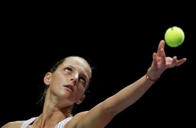 Servírující Karolína Plíšková v utkání proti Garbiňe Muguruzaoví na Turnaji mistryň.