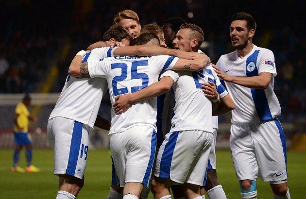Hráči Liberce oslavují první gól v duelu Evropské ligy s Estorilem.