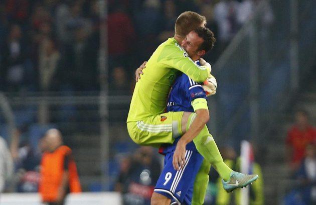 Brankář Tomáš Vaclík (vlevo) slaví s kapitánem Basileje Strellerem vítězství nad Liverpoolem.