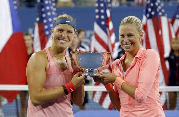 České vítězky US Open. Lucie Hradecká (vlevo) a Andrea Hlaváčková s trofejí za deblový triumf ve Flushing Meadows.