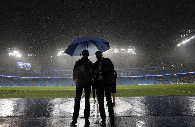 Silný déšť byl důvodem odložení zápasu Manchester City - Mönchengladbach.
