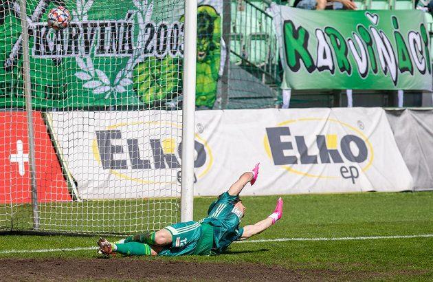 Brankář Karviné Jiří Ciupa kapituluje z pokutového kopu v utkání 31. kola první fotbalové ligy.