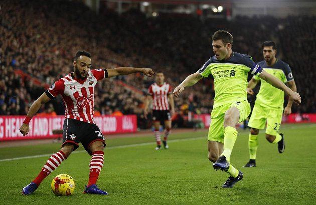 James Milner z Liverpoolu (druhý zprava) se snaží zblokovat centr záložníka Southamptonu Nathana Redmonda v úvodním utkání semifinále Ligového poháru.