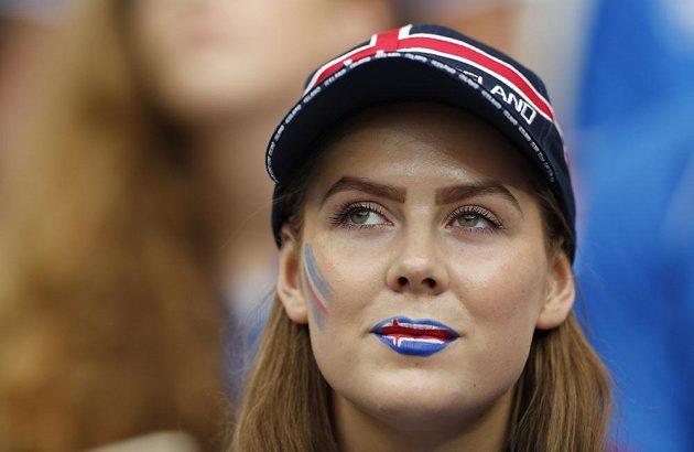 Nalíčené rty islandské fanynky vypadají neodolatelně.