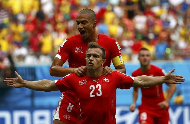 Xherdan Shaqiri (č. 23) slaví svoji úvodní trefu v duelu s Hondurasem, gratuluje mu Gökhan Inler.