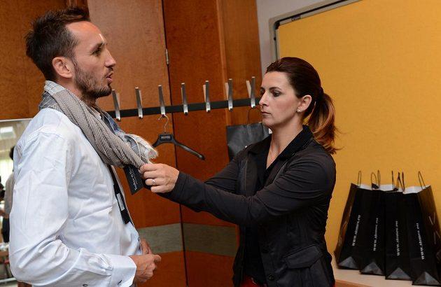 Tomáš Sivok během zkoušení nové košile a doplňků.