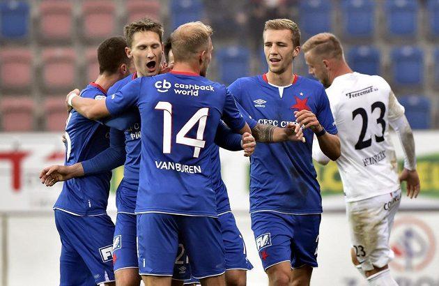 Hráči Slavie se radují z gólu.