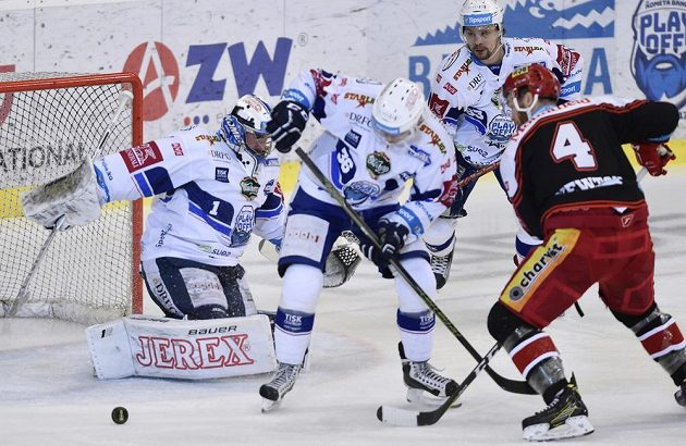 (Zleva) brankář Brna Marek Čiliak, Jakub Krejčík z Brna, Ondřej Němec z Brna a Jake Newton z Hradce Králové ve třetím semifinále.