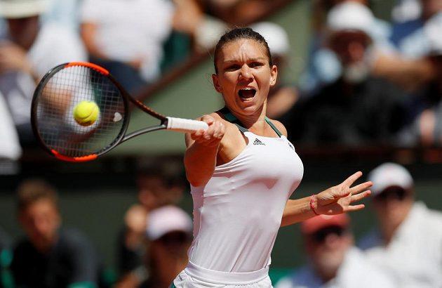 Soustředěná Simona Halepová během finále French Open.