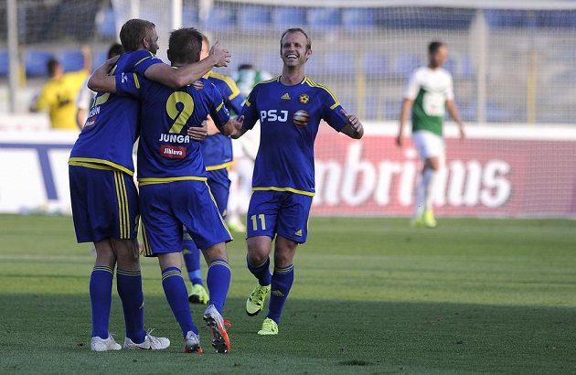 Fotbalisté Jihlavy se radují z gólu proti Jablonci.