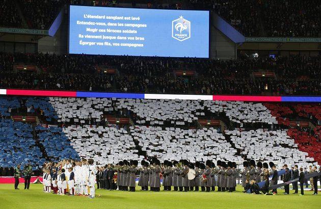 Fanoušci a fotbalisté uctili ve Wembley památku teroristického útoku v Paříži.