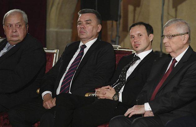 Na snímku jsou (zleva) lékař Luboš Petruželka, podnikatel Vladimír Plašil, motocyklový závodník Libor Podmol a lékař Josef Podstata před zahájením ceremoniálu.