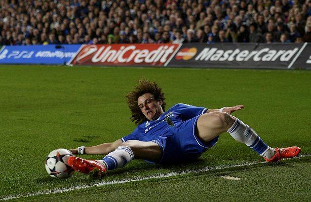 Fotbalista Chelsea David Luiz v odvetě čtvrtfinále Ligy mistrů.