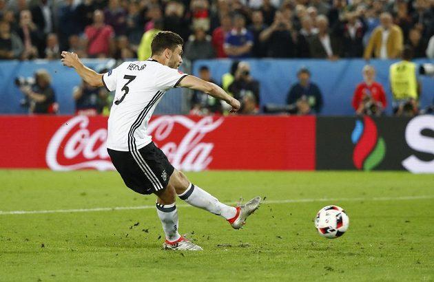 Německý záložník Jonas Hector proměňuje rozhodující penaltu ve čtvrtfinálovém dramatu s Itálií.