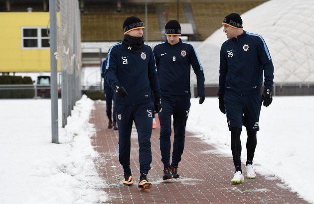 Fotbalisté Sparty Praha (zleva) David Lafata, Marek Matějovský a Roman Bednář přicházejí na první trénink při zahájení zimní přípravy.