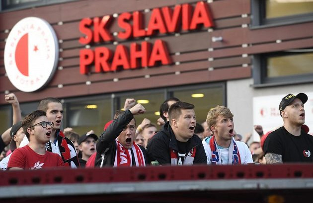 Fanoušci Slavie fandí před stadionem.
