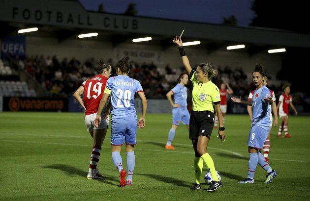 Fotbalistka Slavie Praha Diana Bartovičová vidí žlutou kartu. V úvodním utkání závěrečného kola kvalifikace o postup do skupiny Ligy mistryň na hřišti Arsenalu 0:3.