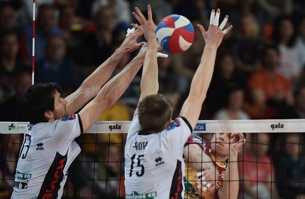 Adrian Patucha (vpravo) z Liberce a Vladimír Sobotka a Tomáš Fila (vlevo) z Českých Budějovic v prvním finále.