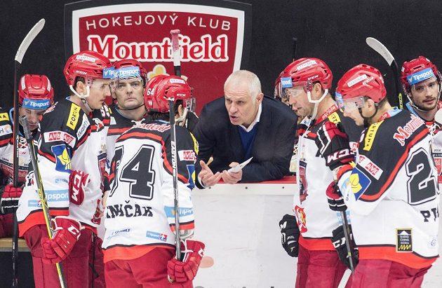 Trenér Hradce Králové Peter Draisaitl udílí pokyny svým hráčům.