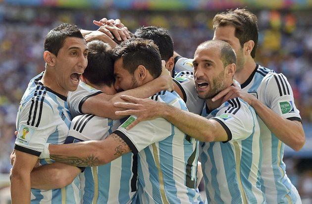 Argentinci jásají po vedoucí brance Gonzala Higuaína.