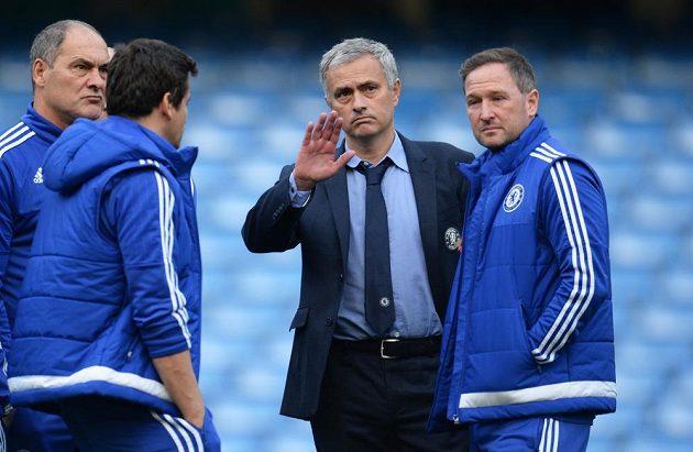 Trenér José Mourinho vedl po skončení utkání s Liverpoolem debatu s celým realizačním týmem.
