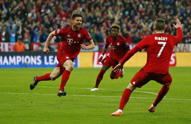 Záložník Bayernu Xabi Alonso (vlevo) slaví vedoucí gól v semifinálové odvetě Ligy mistrů proti Atlétiku.