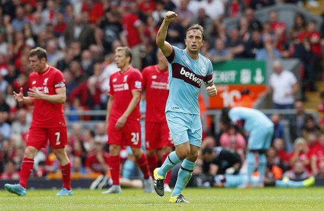 Mark Noble z West Hamu se raduje ze své trefy proti Liverpoolu.