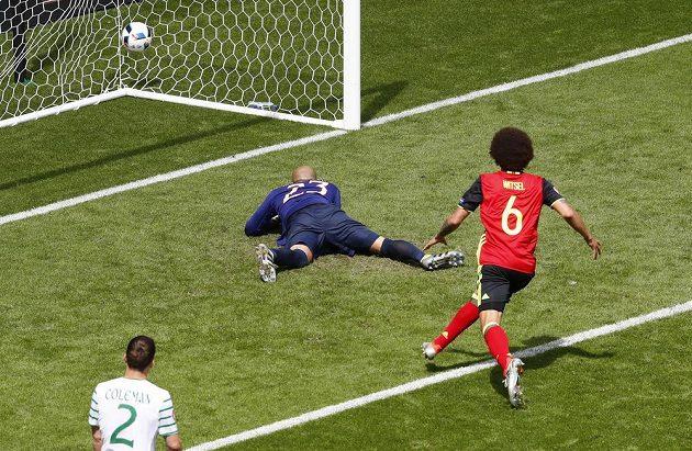 Belgičan Axel Witsel dává gól Irům.