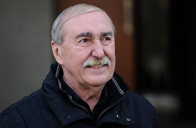 Jiří Holeček během posledního rozloučení s Karlem Gutem.