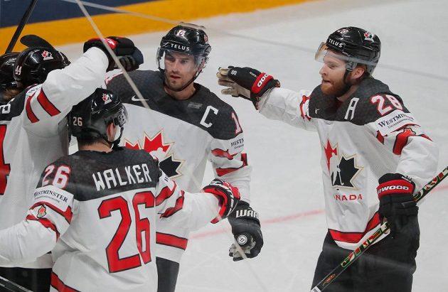 Hokejisté Kanady se radují z gólu.