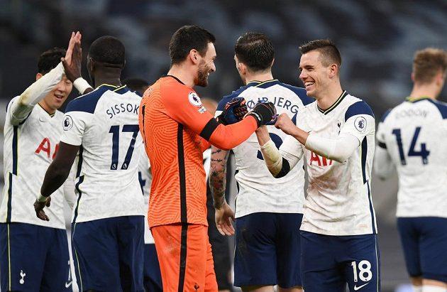 Fotbalisté Tottenhamu Hotspur slaví výhru nad Manchesterem City v Premier League.