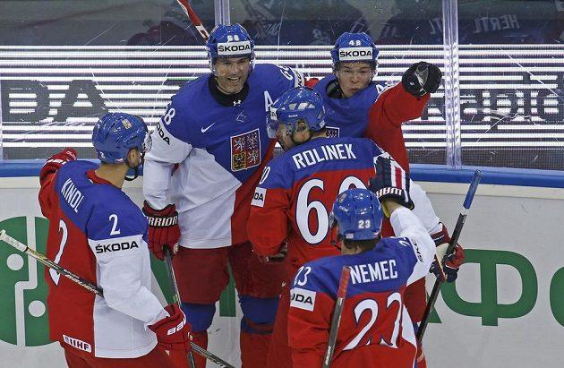 Čeští hokejisté slaví úvodní trefu proti Švédům (autor gólu Tomáš Hertl zcela vpravo).