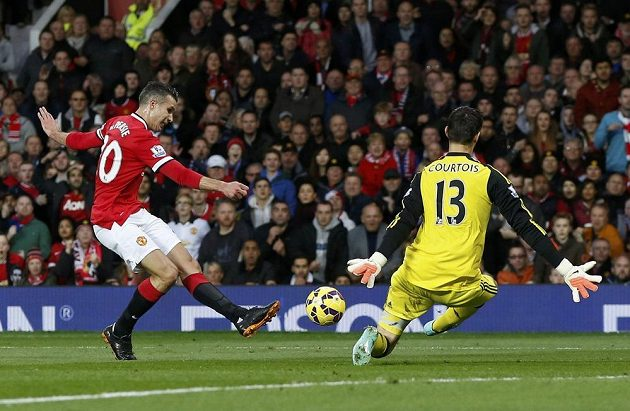 Útočník Manchesteru United Robin van Persie (vlevo) selhal v obrovské šanci a nechal vyniknout brankáře Chelsea Thibauta Courtoise.
