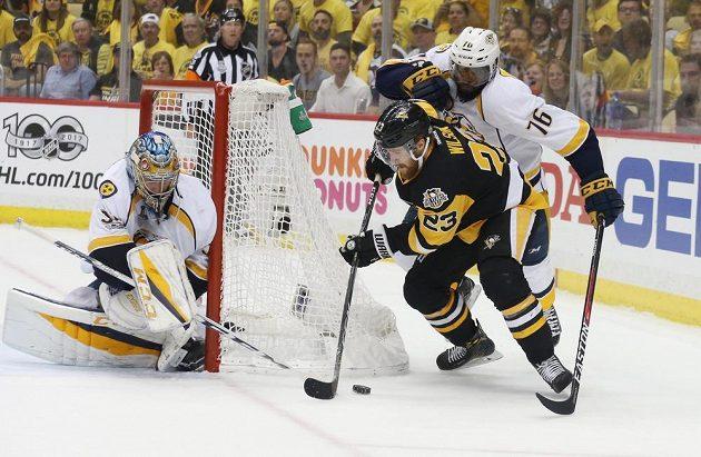 Hokejista Pittsburghu Penguins Scott Wilson zakončuje akci v úvodním finále Stanley Cupu. Zabránit se mu snaží obránce P.K. Subban (76), připravený je i gólman Pekka Rinne. Pittsburgh vyhrál 5:3.