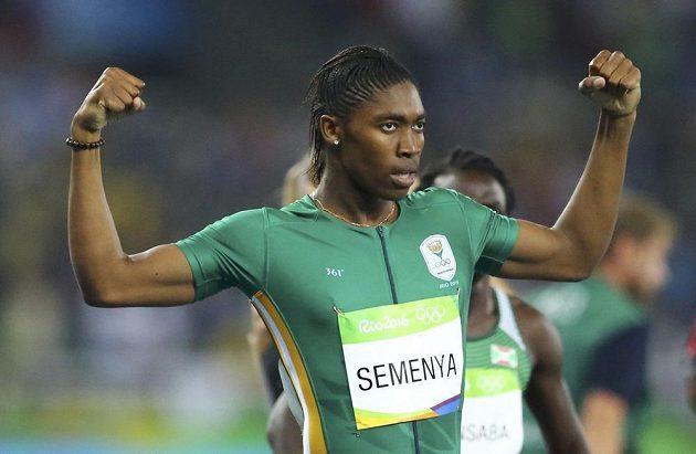 Jihoafričanka Caster Semenyaová po triumfu na 800 metrů.