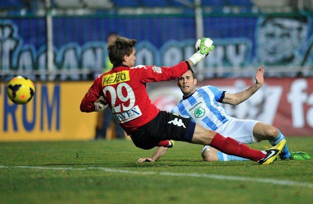 Jan Kysela z Boleslavi dává první gól brankáři Milanu Hečovi ze Slovácka.