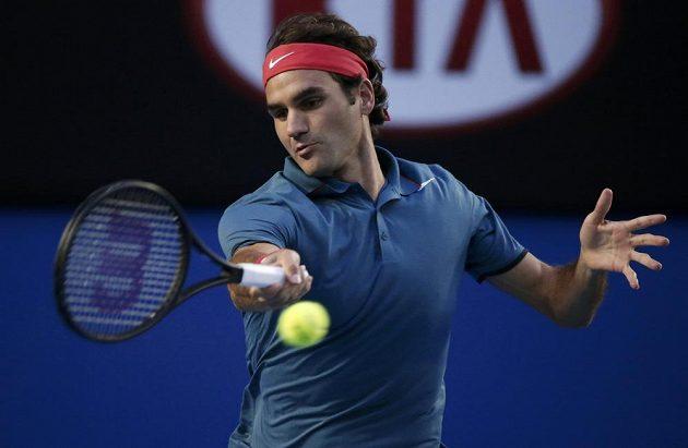 Švýcar Roger Federer odehrává míč během semifinálového duelu Australian Open s Rafou Nadalem.