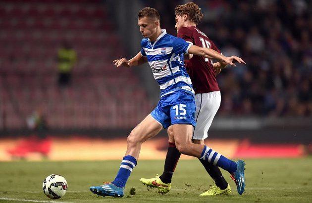 Útočník Zwolle Tomáš Necid (vlevo) a obránce Sparty Radoslav Kováč během odvetného utkání play off Evropské ligy.