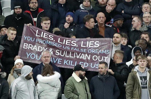 Fanoušci West Hamu dali při utkání s Liverpoolem najevo nespokojenost s chováním majitelů klubu.