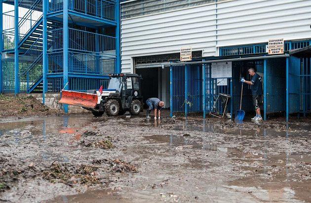 Stadión U Nisy zaplavily vrstvy bahna.