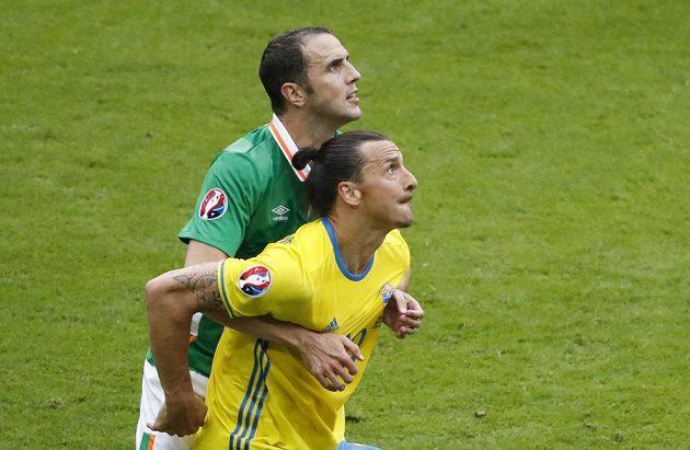 Ir John O'Shea (vlevo) brání Zlatana Ibrahimovice ze Švédska.