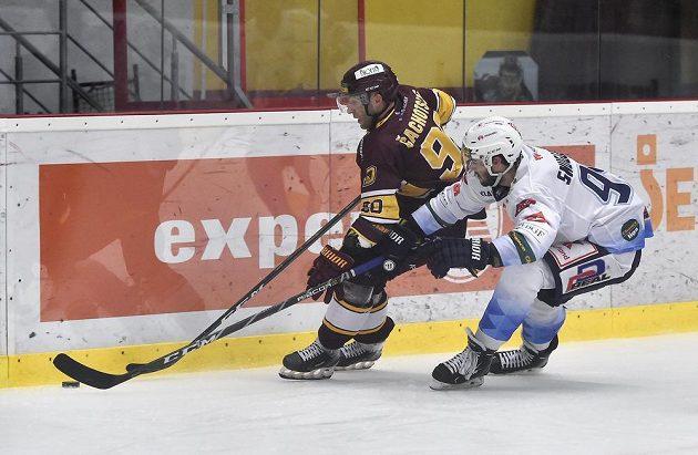 Čtvrtý zápas finále play off první hokejové Chance ligy. Zleva Tomáš Čachotský z Jihlavy a Luc Snuggerud z Kladna.