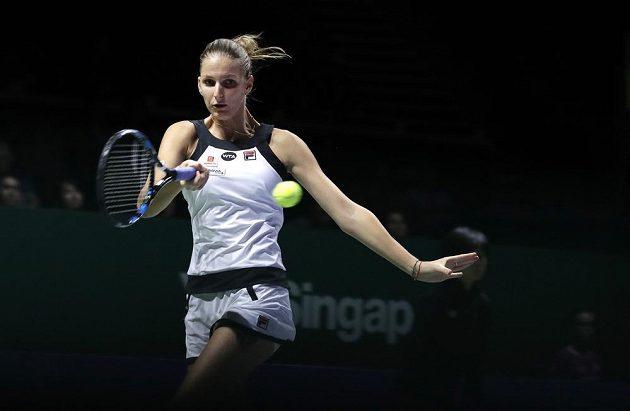 Česká tenistka Karolína Plíšková v utkání se Španělkou Garbiňe Muguruzaovou na Turnaji mistryň.