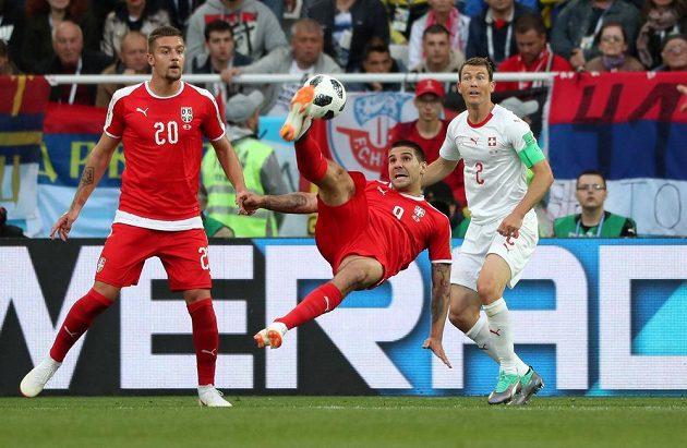 Srbský střelec Aleksandar Mitrovič to zkoušel i akrobaticky.