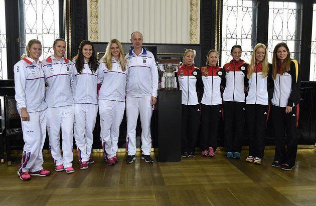 České a německé týmy žen během losování finále Fed Cupu na Staroměstské radnici v Praze.