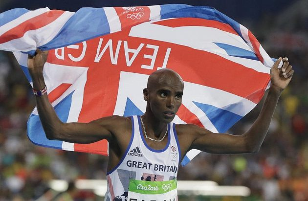Britský vytrvalec Mo Farah oslavuje vítězství po závodě na deset kilometrů.