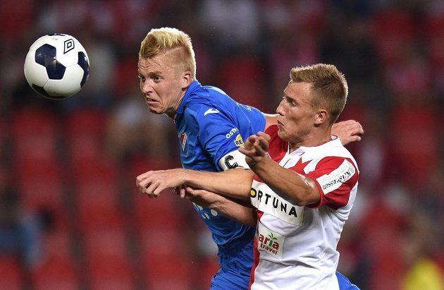Obránce Baníku Ostrava Michal Frydrych (vlevo) v souboji se slávistickým útočníkem Bekimem Balajem.