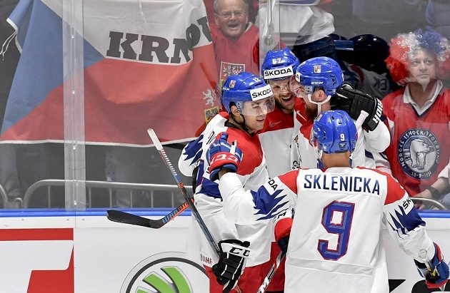 Michael Frolík (druhý zleva) se raduje z gólu se spoluhráči Dominikem Simonem (vlevo), Filipem Hronkem (druhý zprava) a Davidem Skleničkou (vpravo).
