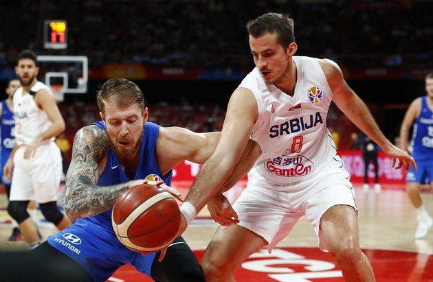 V souboji o míč Patrik Auda (vlevo a Srb Nemanja Bjelica.