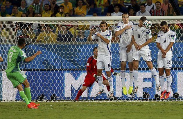 Nigérijec Odemwingie pálí z přímého kopu v zápase proti Bosně.